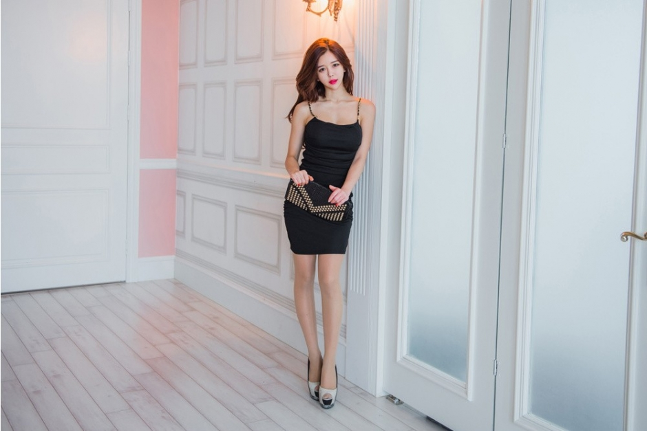 红唇性感撩头发美女模特黑色魅力短裙魅力写真